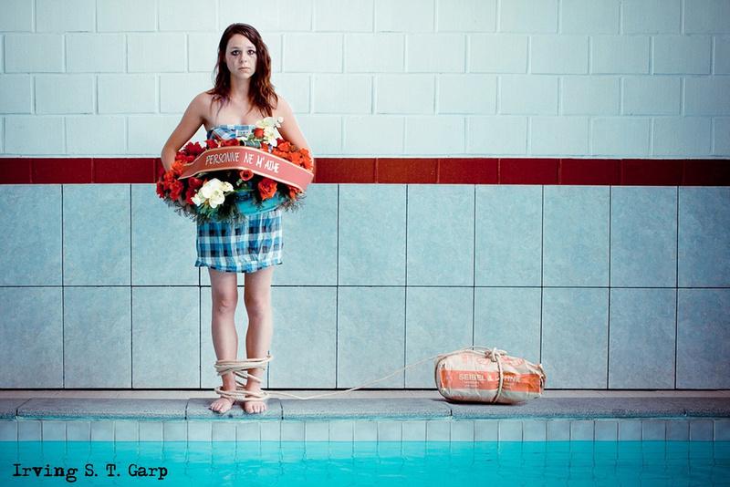 Fille au bord du suicide près d'une piscine